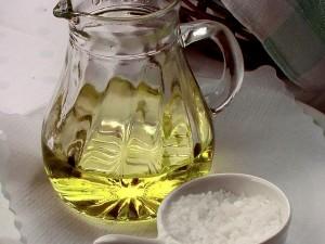 640px-Olivenöl_Weißbrot_und_grobes_Salz_(1)