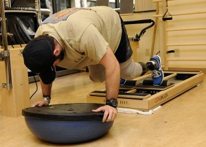 640px-US_Navy_110309-N-UB993-129_A_Sailor_mountain_climbers_using_the_core_align_pilates_machine_during_a_physical_therapy_appointment_in_the_Comprehensi