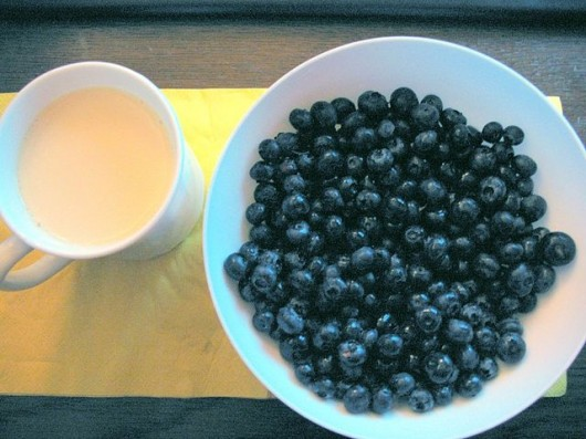 640px-Blueberries_soy_milk