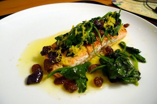 640px-Salmon_with_Spinach,_Olives,_Sultanas_Lemon_Butter_(4446855999)