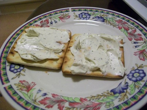 640px-Cream_crackers_with_cheese_spread