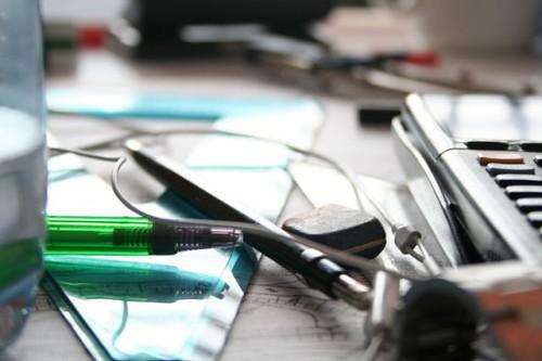 Items_on_a_Wikipedian' s_office_desk_-_20060403