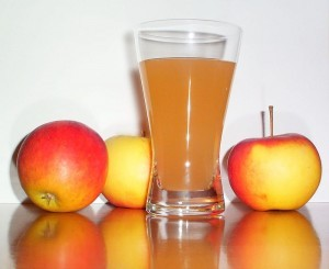 800px-Apple_juice_with_3apples