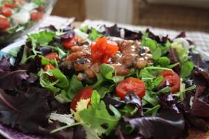 ensalada de verdes, cherrys e higos